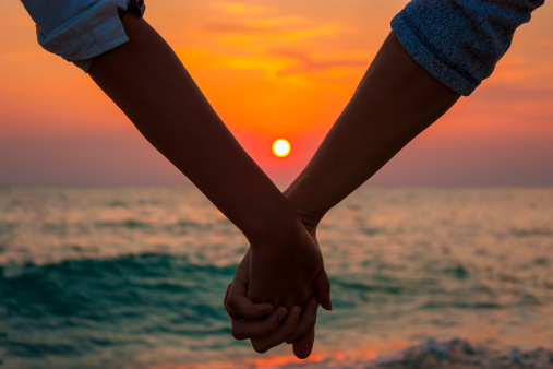 couple-holding-hands-sunset150685331pc